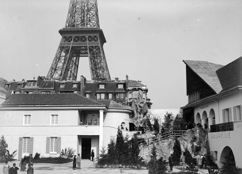 Le Pavillon de la Drôme face au Pavillon du Dauphiné dans la section des Régions