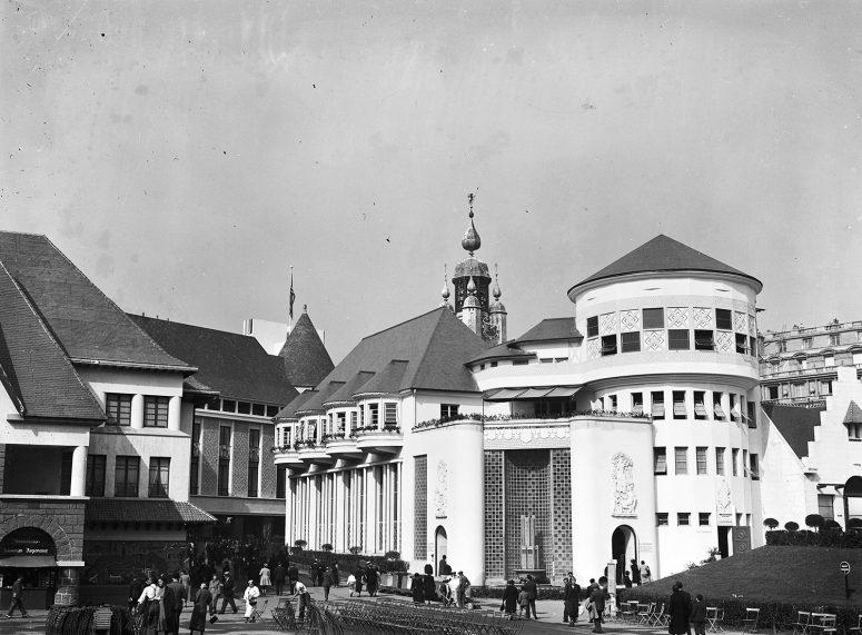 Les Pavillons du Dauphiné et de la Bourgogne. Le Centre Régional occupe l'espace entre le Pont d'Iéna et la Tour Eiffel lors de l'Exposition universelle de 1937