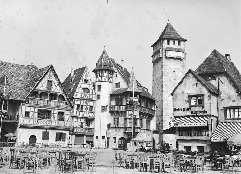 L'Auberge de Riquewihr et quelques tables prêtes à accueillir les visiteurs assoiffés