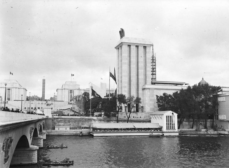 Le Pavillon de l'Allemagne occupe l'un des deux emplacement principaux en bord de Seine. Il est surmonté d'un aigle tenant une croix gammée.