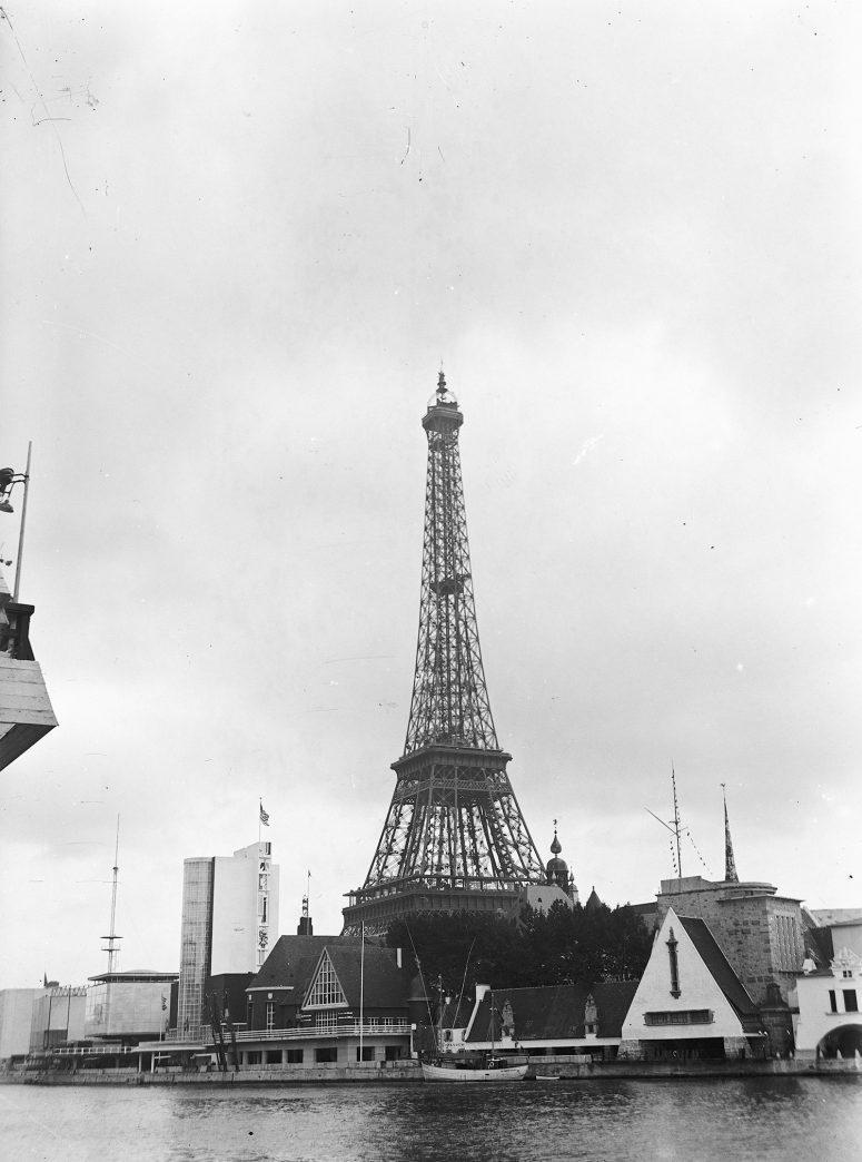 Quelques pavillons du centre régional, la Normandie, la Bretagne, et la Tour Eiffel