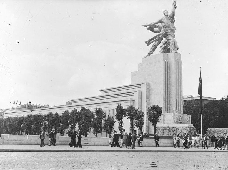 Le Pavillon de l'URSS lui fait face, surmonté également d'un groupe sculpté, L'Ouvrier et la Kolkhozienne, depuis réinstallé à Moscou.
