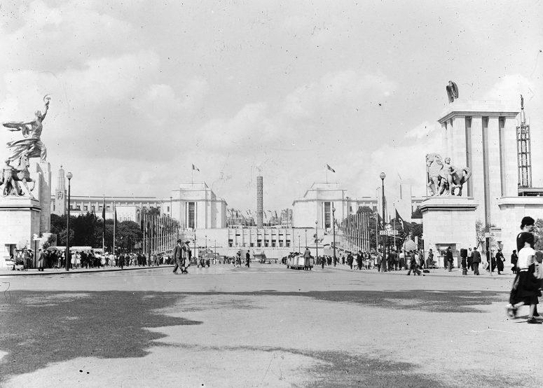 Vue large sur le Palais de Chaillot, le Monument de la Paix et, ironie, les Palais de l'Allemagne nazie et de l'Union soviétique.