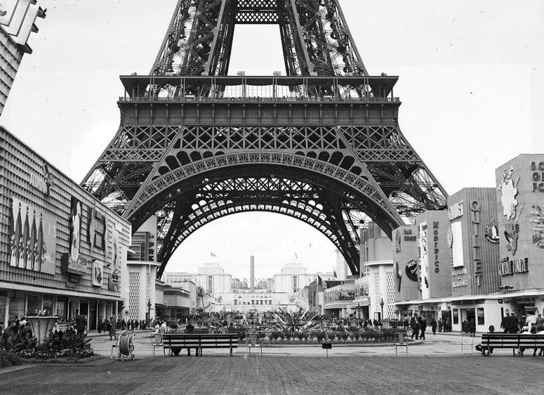 Nortrico, Quillet, Société générale foncière et autres pavillons réclames face au Pavillon de la Publicité au pied de la Tour Eiffel