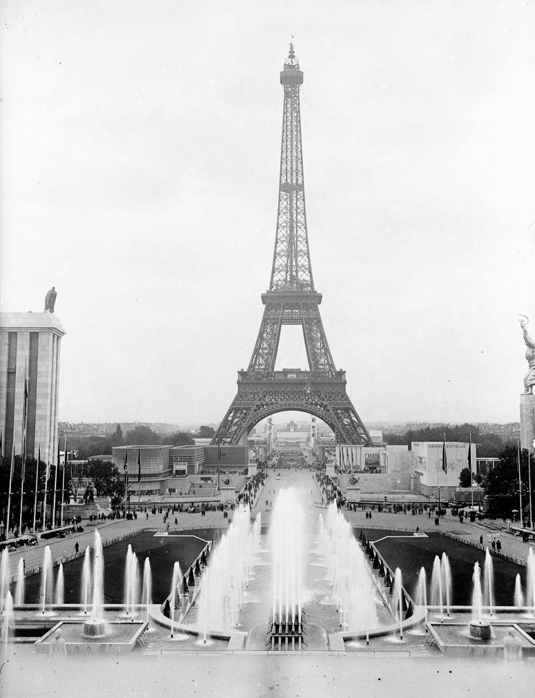 La traditionnelle vue depuis le Palais de Chaillot, les jardins et fontaines, les pavillons de l'Allemagne et de l'URSS, la Tour Eiffel