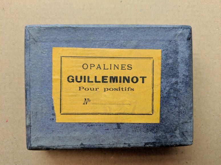 Boite de plaques d'opalines (verre à l'aspect blanc laiteux) 65x90mm.